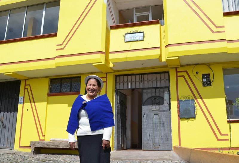 La maîtresse de maison Suzana devant l'auberge Quilla Pacari.