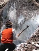 Photo d'un hielero (Tailleurs de glace traditionnel) découpant ses blocs de glace.