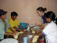 Les femmes de la communautés travaillant la pâte dans la boulangerie.