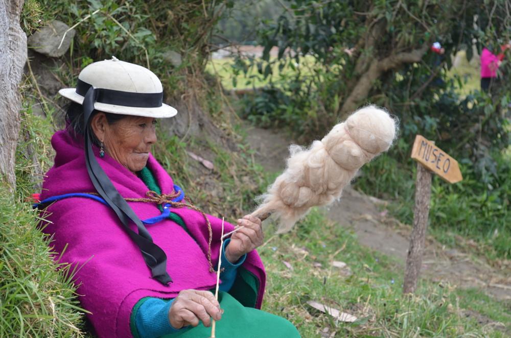 Les femmes des communautés filent généralement la laine directement dans les champs.