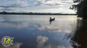 Photo de pirogue sur le fleuve