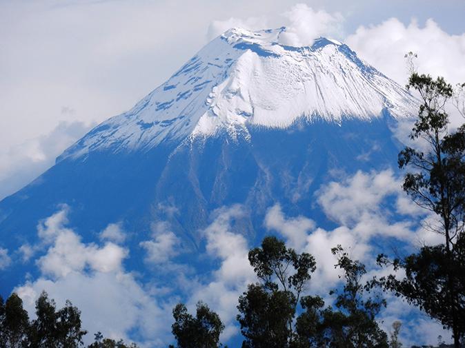 Le volcan Tungurahua domine la ville de Banos et fait face au Chimborazo