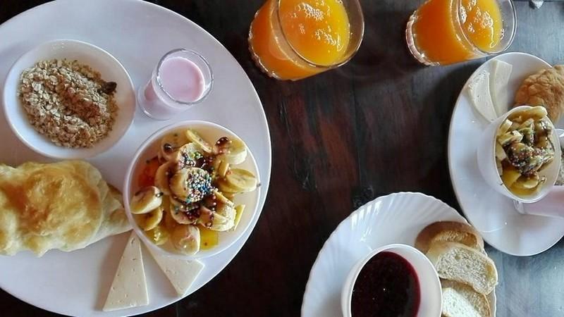 Photo du petit-déjeuner copieux de l'auberge